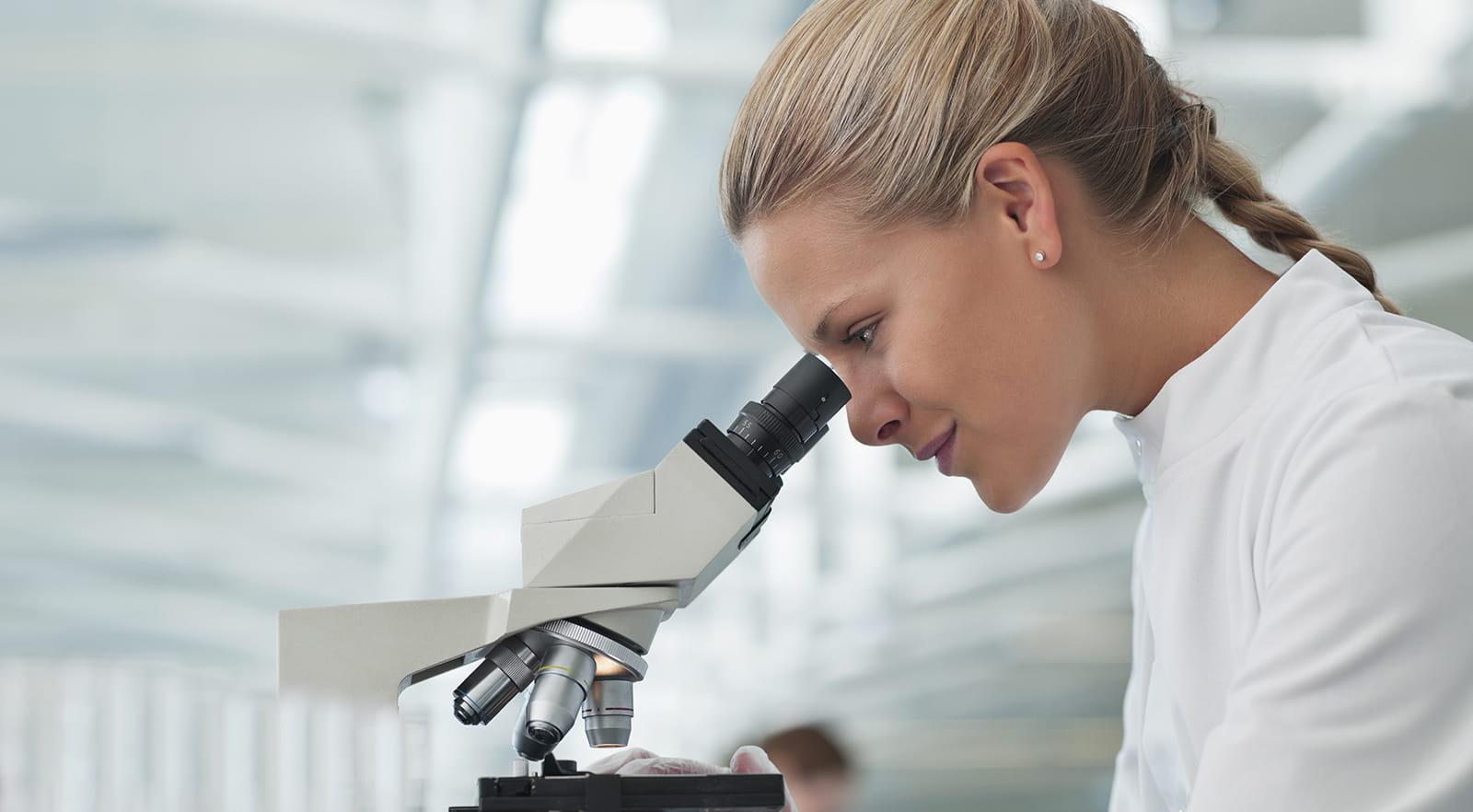 ricercatrice in un laboratorio