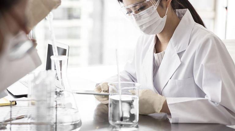 Scienziata donna in laboratorio